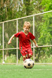 Junge mit Fußballkugel Lizenzfreie Stockfotografie