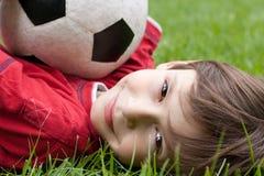 Junge mit Fußballkugel Lizenzfreies Stockfoto