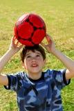 Junge mit Fußballkugel Stockfotos