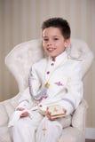 Junge mit Gebetsbuch und Rosenbeet in seinem ersten heiligen Communio Lizenzfreies Stockfoto