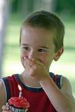 Junge mit Geburtstag-kleinem Kuchen Lizenzfreie Stockbilder