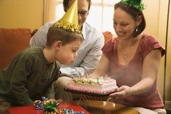 Junge mit Geburtstagkuchen. Lizenzfreies Stockfoto
