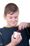 Junge mit Geschenk Lizenzfreie Stockfotografie