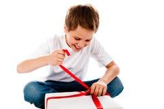 Junge mit Geschenk Lizenzfreies Stockbild