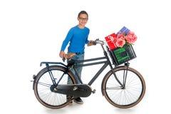 Junge mit Geschenken für Mutter-tägiges Stockfotos