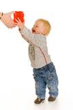 Junge mit Geschenkkasten Stockfotografie