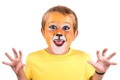 Junge mit Gesichtfarbe lizenzfreie stockbilder