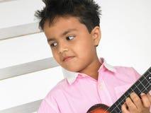 Junge mit Gitarre Stockfoto