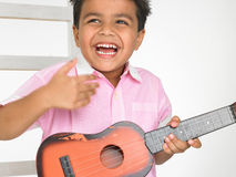 Junge mit Gitarre Stockfotografie