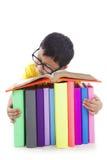 Junge mit Gläsern schlafend mit Büchern Lizenzfreie Stockbilder