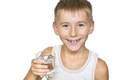 Junge mit Glas Wasser Stockfotos