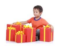 Junge mit großem Geschenk Stockfoto