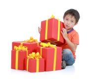 Junge mit großem Geschenk Stockbild