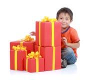 Junge mit großem Geschenk Lizenzfreies Stockfoto
