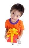 Junge mit großem Geschenkkasten Lizenzfreie Stockfotografie