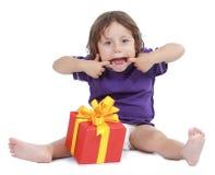 Junge mit großem Geschenkkasten Stockbilder