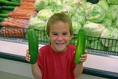 Junge mit Gurken Lizenzfreie Stockfotografie