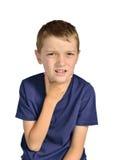 Junge mit Halsschmerzenkrankem stockfoto