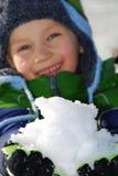 Junge mit Handvoll Schnee stockfoto
