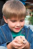 Junge mit Haustier Stockfotografie