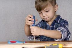 Junge mit Hilfsmitteln Lizenzfreie Stockbilder
