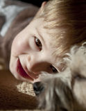 Junge mit Hund Stockfotos