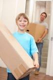 Junge mit jungem Mann an beweglichem Tag Lizenzfreie Stockfotos