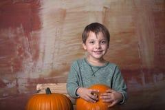 Junge mit Kürbisen Stockfoto