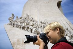 Junge mit Kamera am Denkmal in Portugal. Lizenzfreies Stockfoto