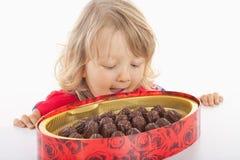 Junge mit Kasten Schokolade Stockbild