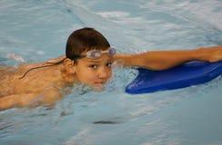 Junge mit Kickboard Stockfotos