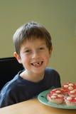 Junge mit kleinen Kuchen Lizenzfreies Stockfoto