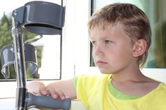 Junge mit Krückeen Lizenzfreie Stockbilder