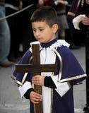 Junge mit Kreuz Stockfoto