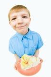 Junge mit Kuchen Stockfotos