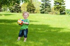 Junge mit Kugel Stockfoto