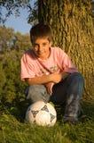 Junge mit Kugel lizenzfreie stockfotos
