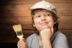 Junge mit Lackpinsel lizenzfreies stockfoto