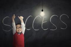 Junge mit Lampe und Erfolgswort Lizenzfreie Stockbilder