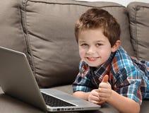 Junge mit Laptop Stockfotos
