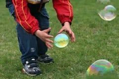 Junge mit Luftblasen Stockfoto