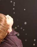 Junge mit Luftblasen lizenzfreies stockbild