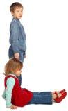 Junge mit Mädchen stellen Zeichen L dar lizenzfreie stockbilder