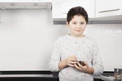 Junge mit Müslischüsselnahaufnahme stockbild