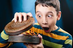 Junge mit magischem Kasten Stockfoto
