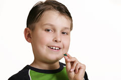 Junge mit Medizinkapsel stockfotos
