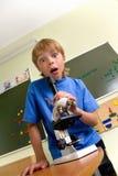 Junge mit Mikroskop Stockfoto