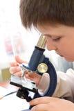 Junge mit miroscope Lizenzfreies Stockbild