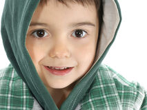 Junge mit mit Kapuze Jacke lizenzfreies stockfoto