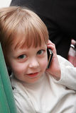 Junge mit Mobiltelefon. Lizenzfreies Stockbild